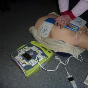 Použití defibrilátoru se zpětnou vazbou