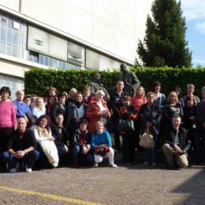 V továrně ve Valdagnu: společné foto před sousoším zakladatelů Marzotto Group