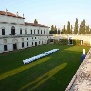 Villa Trissino Marzotto: patium se stoly, na které byly přineseny dorty a deserty